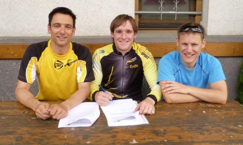Günter Melzer bei der Vertragsunterschrift gemeinsam mit Teammanager Andreas Ratzke und Jens Stegmayer