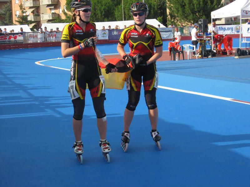 Alisa und Carolin bei der Ehrenrunde nach der Gold und Bronzemedaille über 1.000m