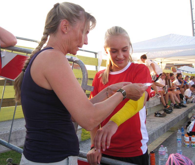 Tamara Felbinger geht mit einem Verband an den Start