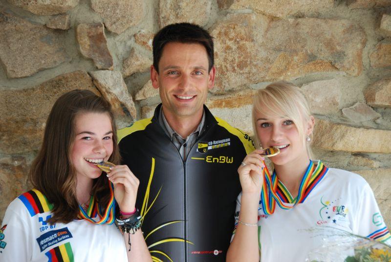 Leonie Kugler und Tamara Felbinger gemeinsam mit Teamanager Andreas Ratzke