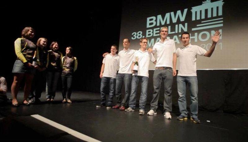 Bei der Siegerehrung - die besten Teams beim Berlin Marathon 2011