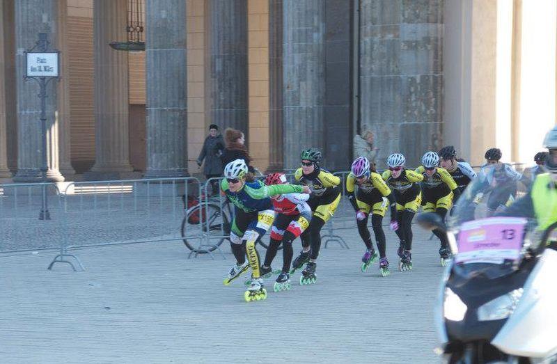 Das Damenteam auf dem Weg durch Brandenburger Tor